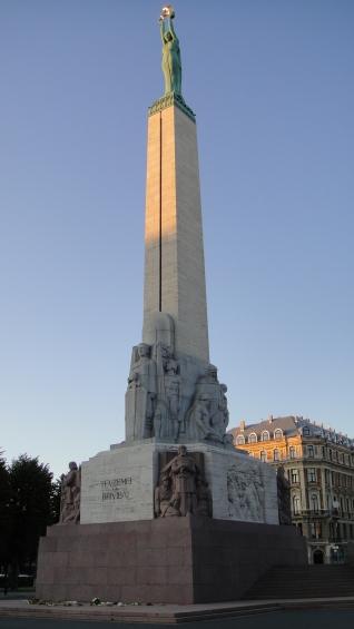 Il Monumento alla Libertà: il monolite in travertino sostiene la statua che leva al cielo tre stelle, simbolo dei distretti che compongono il Paese