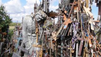Un inestricabile intreccio di croci d'ogni tipo, materiale e provenienza