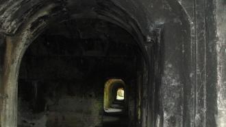 Un lungo cupo corridoio su cui confluisce una rete di oscuri cunicoli